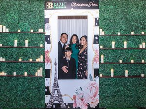 A Midnight in Paris photo Photo Booths-hedge wall.jpg